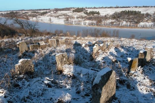 בברסלב בוערת אש: בית הקברות בעיירה ברסלב. ברקע: נהר הבוג