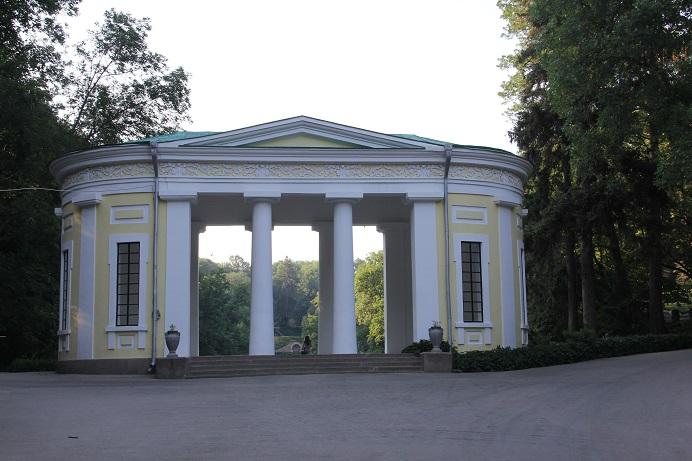 מבנה - שער - בכניסה לגן סופיה באומן