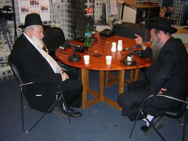 הרב אורי זוהר ושולי רנד במהלך הראיון