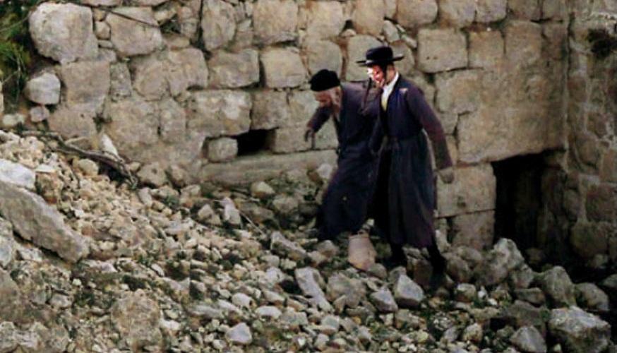 """הרה""""ח רבי שמואל שפירא בנסיעה לקברי צדיקים. מקור: נאר דער רבי."""